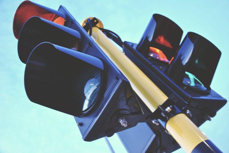 Liikennevalot auttavat päätöksenteossa.