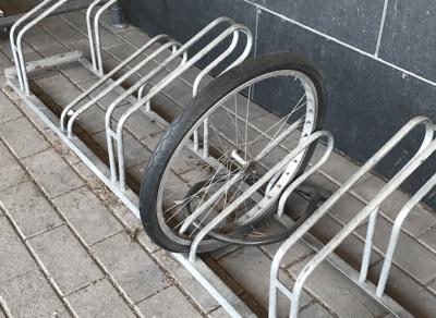Varastetun pyörän irtonainen rengas lukittuna pyörätelineeseen.